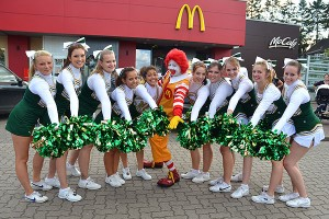Auftritt der Wedeler Cheerleader bei McDonald's